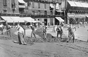 In the past, this is how the dirt for the race-course was spread on the pavement of the Piazza